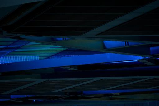 Lignes et bandes parallèles et entrecroisées, grises dans l'ombre ou éclairées de bleu et de vert. Londres, novembre 2012.