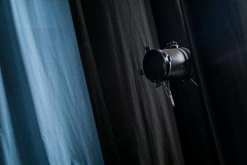 Projecteur devant un rideau de théâtre bleu et noir. Nanterre, octobre 2009.
