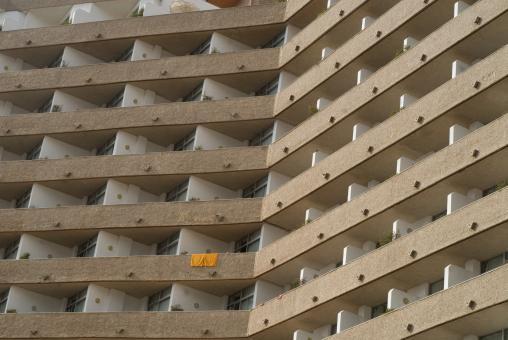 Une serviette de bain jaune sèche sur le rebord d'un balcon d'hôtel. Ténérife, Canaries, janvier 2010.