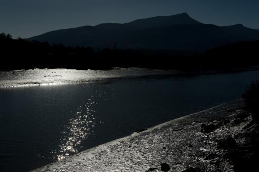La Rhune, la Nivelle pailletée de soleil, et ses berges de vase brillantes. Entre Ascain et Ciboure, novembre 2012.