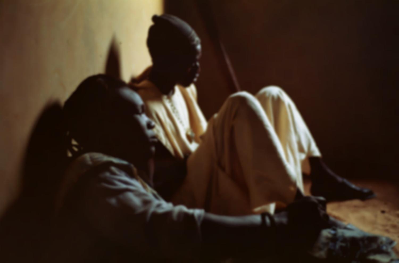 Portrait de Baye Gour et Mbaye, assis par terre contre un mur. Touba, Sénégal, février 2008.