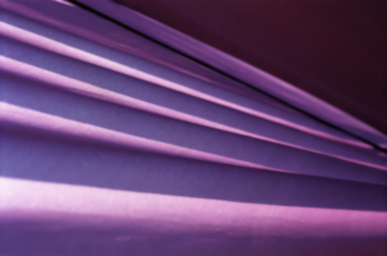 Plis d'une toile de tente mauve. Valeyrac, septembre 2003.