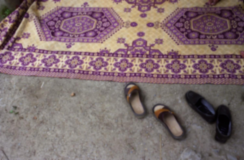 Un tapis et les chaussures de ses occupants. Masuleh, Iran, août 2006.