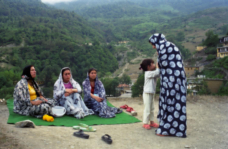 Quatre femmes en tchadors à fleurs et une petite fille sur un toit. Masuleh, Iran, août 2006.
