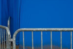 Barrière devant une tente bleue à Paris Plage. Paris, août 2010.