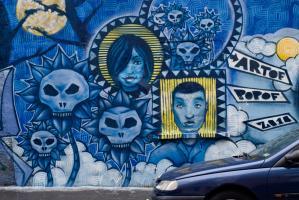 Un graffiti bleu et jaune de Da Cruz orne tout un mur de la rue de Crimée. Paris, août 2010.