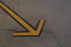Flèche jaune et noire sur une piste d'aéroport. Ténérife, Canaries, janvier 2010.