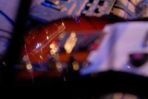 Reflets dans une guitare électrique posée sous une lumière mauve. Paris, décembre 2008.