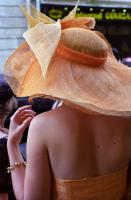 Jeune femme de dos, en robe et chapeau orange. Paris, juillet 2006.