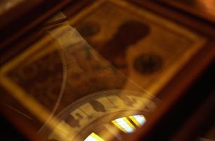 Reflet sur fond d'icône du dôme d'un temple orthodoxe. Paris, septembre 2007.