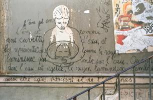 Sur un mur de Montmartre, près d'une affiche déchirée et accompagné d'une citation d'Epictète, dessin d'une personne qui regarde son reflet dans une bassine d'eau qu'elle encercle de ses bras. Paris, octobre 2008.