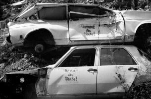 Graffitis écolos sur deux épaves de voitures blanches empilées dans la nature. Ile de la Réunion, septembre 1999.