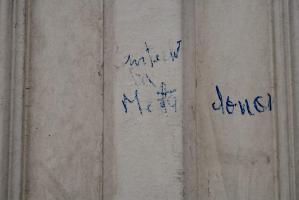 Quelques mots illisibles écrits au pastel bleu sur une porte du Faubourg Saint-Denis. Paris, février 2009.