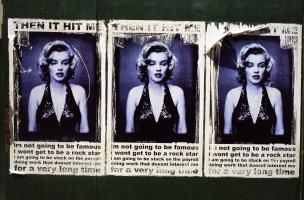 Une affiche collée trois fois sur une palissade vert sombre entoure une photo de Marylin Monroe de quelques mots désabusés. New York, juillet 2003.