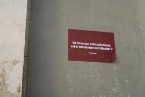 Une affiche rouge collée sur un mur pose une question de Bertolt Brecht. Paris, novembre 2009.