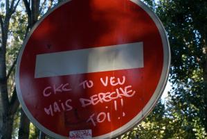 Tag rose sur un panneau de sens interdit. Paris, octobre 2009.