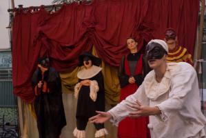 Sur le devant de la scène, Polichinelle en blanc semble implorer, derrière lui quatre autres personnages écoutent son plaidoyer. Paris, août 2010.