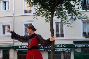 Une première actrice en pleine déclamation, les bras ouverts. Paris, août 2010.