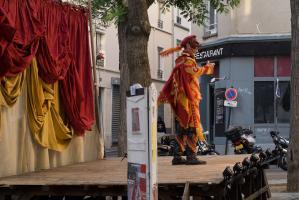Seul sur scène, masqué, plume au chapeau et cape au dos, un capitaine. Paris, août 2010.