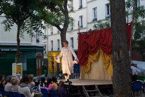 Un homme travesti vient de tomber le masque et explique les raisons de sa dissimulation. Paris, août 2010.