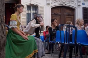 La jeune fille et la vieille femme, assises dans le public, manifestent leur étonnement. Paris, août 2010.