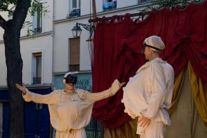 Deux Polichinelle se rencontrent avec surprise et joie. Paris, août 2010.