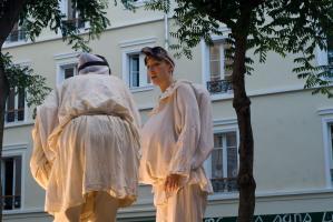 Les deux Polichinelle ont levé leurs masques, l'un d'eux est la jeune fille. Paris, août 2010.
