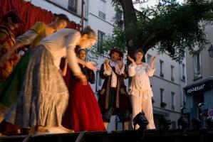Fin du spectacle, les comédiens alignés sur scène saluent à tour de rôle pendant que leurs collègues les applaudissent. Paris, août 2010.