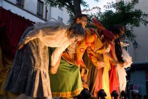 Les comédiens saluent tous ensemble dans un flamboiement de costumes aux couleurs chaleureuses. Paris, août 2010.