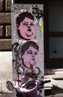 Graffiti au pochoir réalisé en double : un visage d'enfant obèse sur fond rose. Rome, décembre 2007.