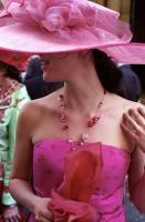Jeune fille en robe bustier rose, au visage caché par un grand chapeau. Paris, juillet 2006.