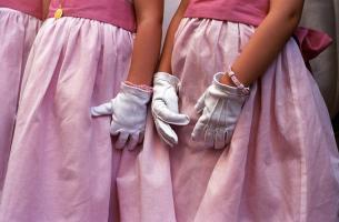 Trois petites filles d'honneur en robes roses et gants blancs. Paris, juillet 2006.