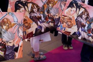 Grands sacs décorés de mangas sur fond rose. Paris, mars 2009.