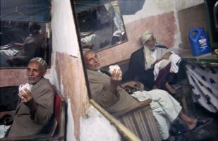 Deux vieux amis reflétés dans le miroir d'un barbier. Sanaa, Yémen, janvier 2005.