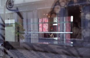 Reflets d'une vitrine aux rideaux roses. Paris, juillet 2007.