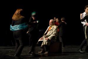 Le père, assis sur sa valise tandis que le chœur tourbillonne autour de lui. Nanterre, octobre 2009.