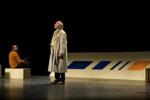 Devant une enseigne Air France, le père en imperméable, le visage tourné vers le ciel. Plus loin, le père épistolaire assis sur un banc l'imite. Nanterre, octobre 2009.