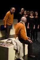 Le père assis sur un banc, tourné vers le père épistolaire qui lui parle, près du chœur regroupé avec des mines indignées. Nanterre, octobre 2009.