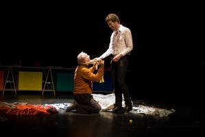 Le père, agenouillé devant son fils qui lui sourit en faisant le geste de le relever. Nanterre, octobre 2009.