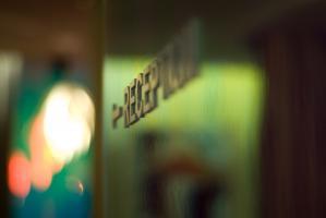 La réception d'un hôtel, fléchée sur un mur vert brillant. Paris, février 2011.
