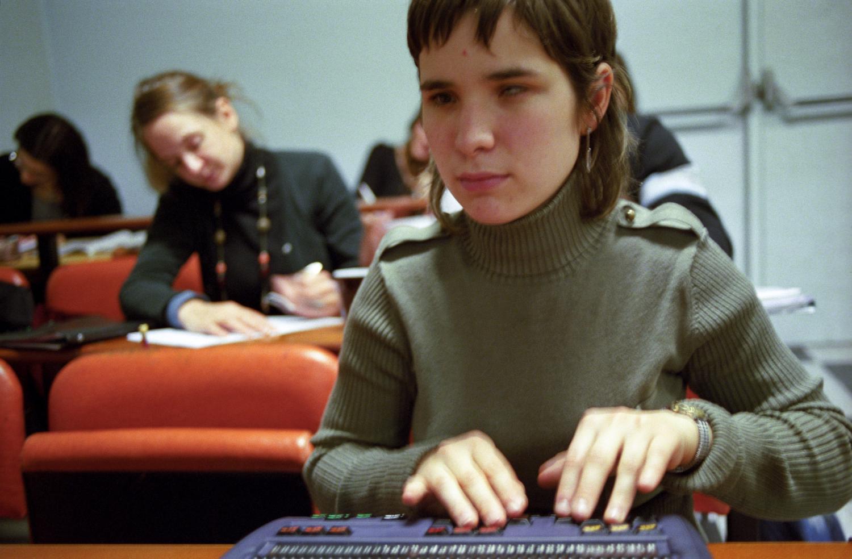 Cours de droit : Audrey écrit sur son bloc-notes braille. Paris, janvier 2006.