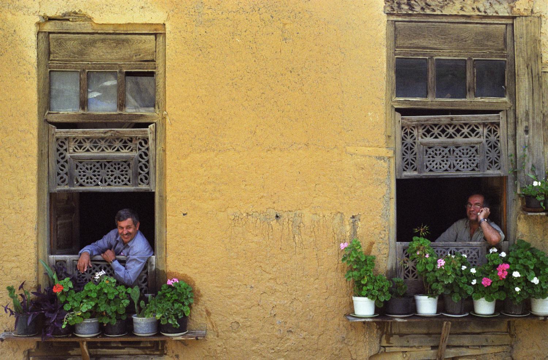 Maison traditionnelle aux fenêtres de bois ouvragé. Masuleh, Iran, août 2006.